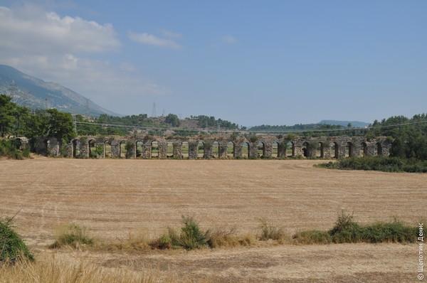 Из Селевкии поехали посмотреть на плотину Оймапынар, дорога к которой проходит вдоль хорошо сохранившегося акведука, доставлявшего воду как раз в Селевкию