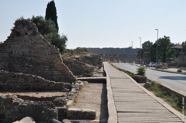 После утопающей в зелени Селевкии пыльный и жаркий комплекс античных развалин в Сиде сильного впечатления уже не произвел.