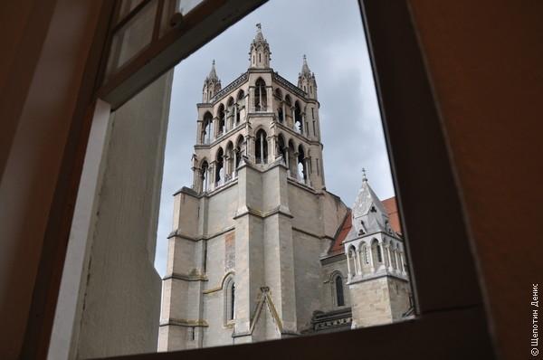 Вид на колокольню Кафедрального собора из музея дизайна