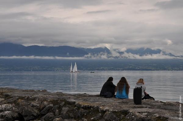 Женевское озеро. На противоположном берегу находится французский Эвиан (тот самый, который вода Evian)