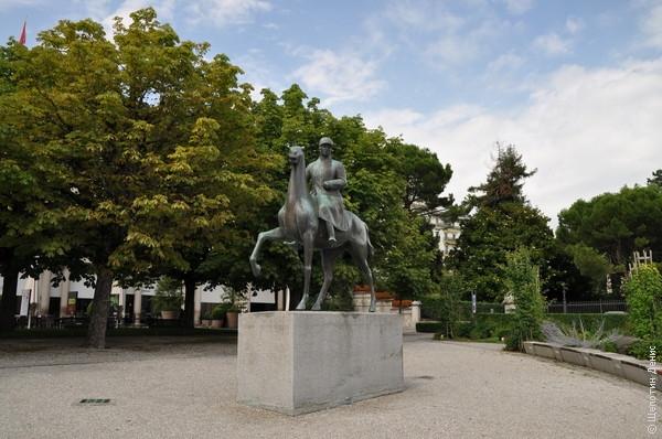 Памятник генералу Анри Гизану, в заслугу которому ставится реализация оборонительной стратегии, позволившей Швейцарии сохранить нейтралитет в годы Второй мировой войны