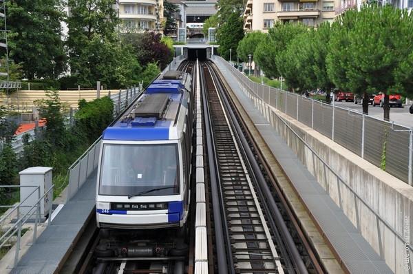 Линия М2 - автоматическая, т.е. поезда ходят без машинистов