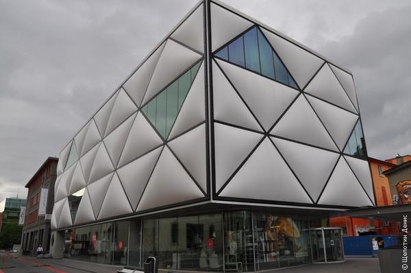 Теперь, в соответствие с последней градостроительной модой, эти помещения отдали под бары, клубы и арт-пространства
