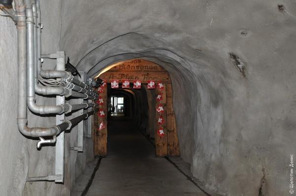 С верхней станции по туннелю сквозь вершину можно выйти на смотровую площадку