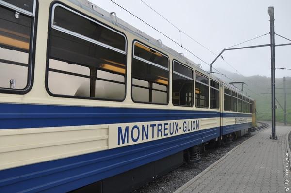 Из Монтрё на зубчатом фуникулёре можно подняться на вершину Роше-де-Нэ (2045 м)
