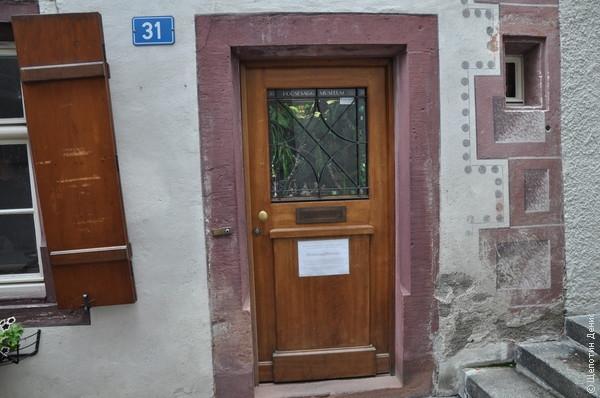 Вся экспозиция музея помещается в витрине входной двери