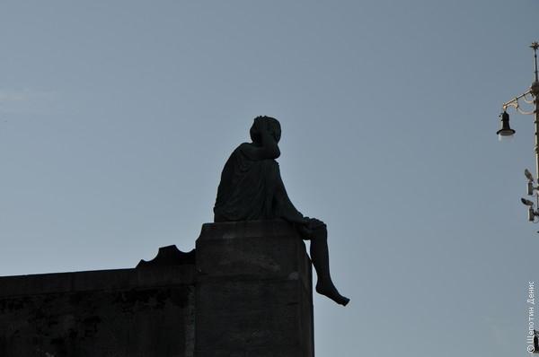 """""""Гельвеция в пути"""". Гельвеция - символ Швейцарии, устав от своего пафосного образа, изображенного в частности на монетах, отправилась в Базель, чтобы передохнуть на берегу Рейна"""