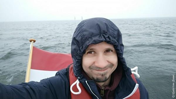 """Последний 4-й день был """"мокрым"""" и ветренным. Эрзац-яхтенная куртка не сдюжила и, стоя за штурвалом, вымок насквозь. Но все-равно было очень круто"""