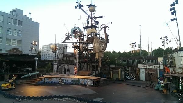Ещё в Базеле очень уважают швейцарского скульптора Жана Тэнгли. Есть музей Тэнгли, по городу расставлены его кинетические скульптуры, и даже театральные постановки идут по мотивам его творчества