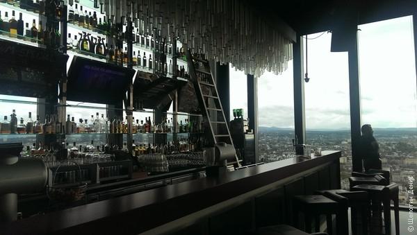 Наверху Messeturm располагается бар Rouge. Бестолковый, но с хорошим видом, как и полагается пафосному sky-бару.