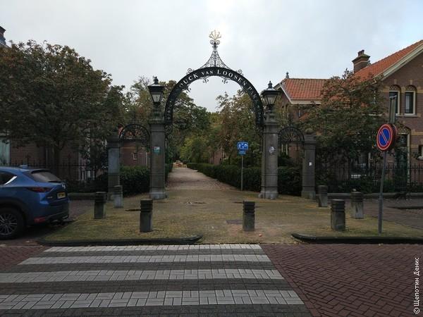 В Энкхёйзене безумно красивый городской парк, на территории которого, что удивительно, расположены жилые дома