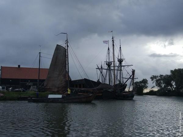 """Суровые голландские моряки умеют ловко и стремительно поднять парус по-старинке, """"на руках"""", без лебедки"""