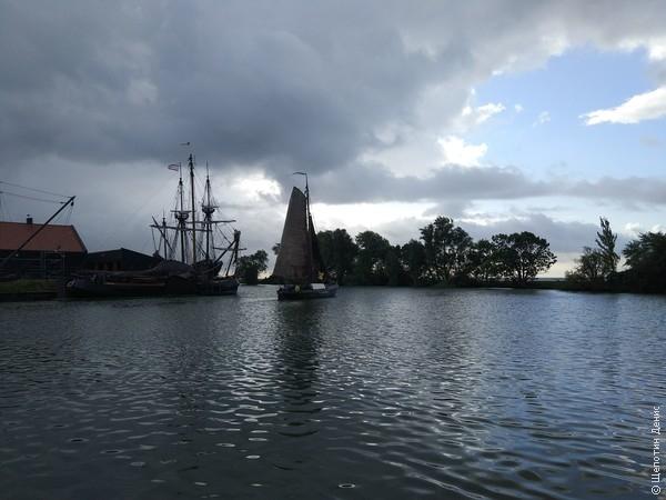 А на заднем плане - реплика парусника «Халве Ман» (Half Moon), на котором Генри Гудзон открыл остров Манхэттан. Судно на ходу и даже довелось посмотреть, как оно в море выходит