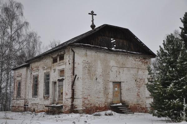 Раньше тут была церковь, в советское время электроподстанция, а теперь - заброшка