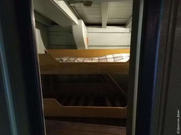 Крошечная каюта с койками для пассажиров или офицерского состава, их всего 2-3 на весь корабль