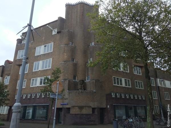 А это один из представителей Амстердамской школы - архитектурного стиля первой трети XX века
