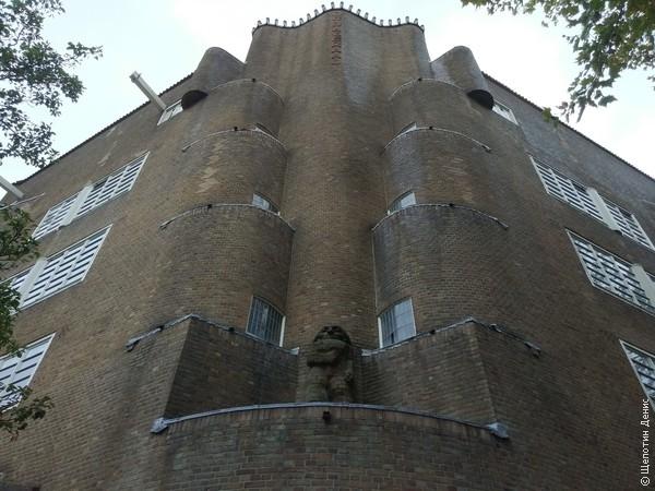 Постройки Амстердамской школы можно опознать по кирпичу, закруглённым, «органическим» формам фасадов и декоративным элементам, не несущим функционального значения