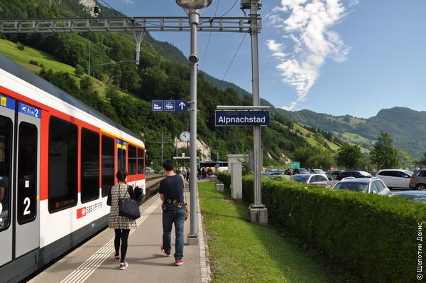 Из-за нехватки времени я выбрал вариант с электричкой. Станция назначения - Альпнахштадт.